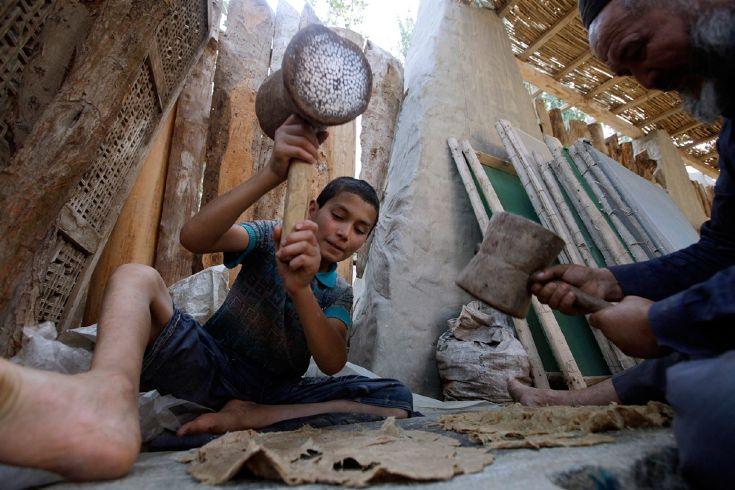 Мальчик со своим дедом делает бумагу из коры шелковицы, Синьцзян