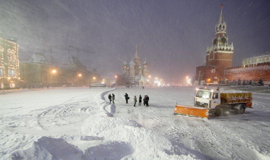 1363351 04.02.2013 Москвичи на Красной площади во время снегопада. Денис Тырин/РИА Новости